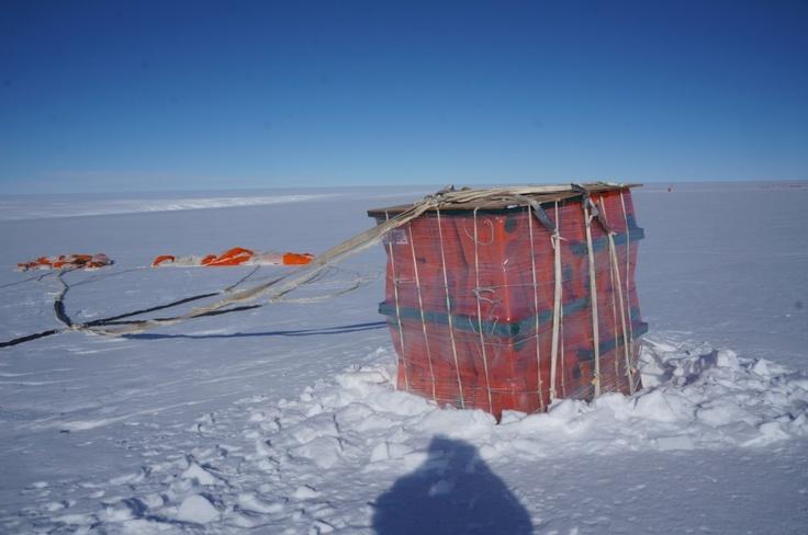 Carga arrojada desde el aire en la Base Antártica Belgrano II.