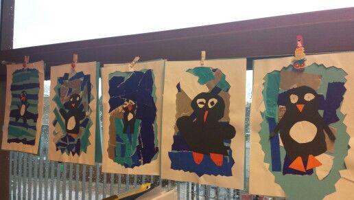 Pinguingekte gemaakt met groep 3. Plak een blauw blaadje vol met verschillende kleuren blauw vliegerpapier en zilverfolie.  Vouw daarna een wit a4 blaadje dubbel en knip een kartellende rand via de dichtgevouwen kant. Plak deze op het blauwe blaadje als rand. Maak als laatst van zwart, oranje en wit papier een pinguin en plak deze in het midden. Klaar!