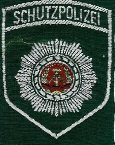 DDR Polizei Ärmelabzeichen.  Die Deutsche Volkspolizei (DVP – meist nur Volkspolizei, VP genannt) war die Polizei der DDR.