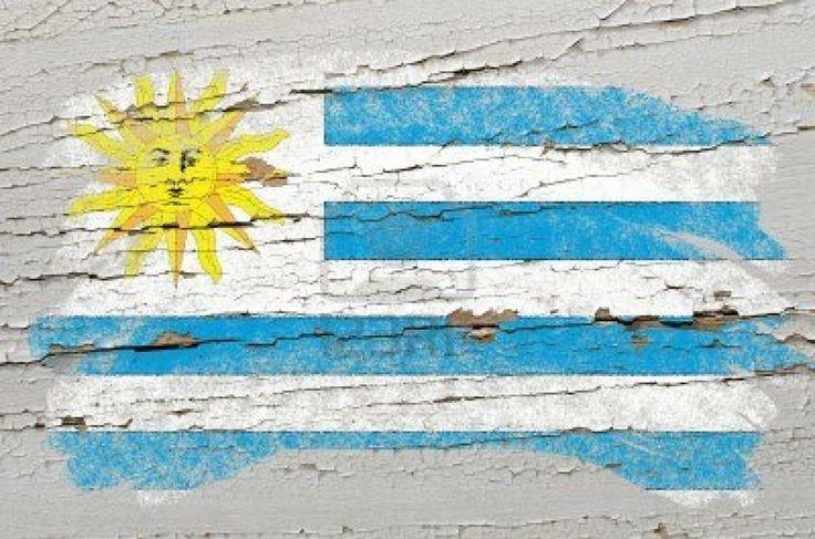 Uruguay, no sé por qué. Uruguay es el pasado perfecto. Una infancia feliz. Un momento ausente. El inicio de todo lo que soy, lo que seré, lo que no he sido. Uruguay es el amor, la escritura, la memoria: el tiempo detenido. Uruguay es sepia, nublado, desenfocado, triste, pero a la vez esconde la luz de mil amaneceres que solo los más alegres pueden ver. CESAR DIAZ