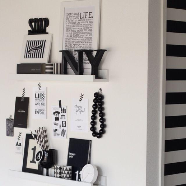 女性で、1LDK、カップル住まいの白黒/フレームアート/モノトーン/IKEA/雑貨/リビング…などについてのインテリア実例を紹介。「リビングの壁面には白のウォールシェルフを」(この写真は 2013-01-20 17:17:52 に共有されました)