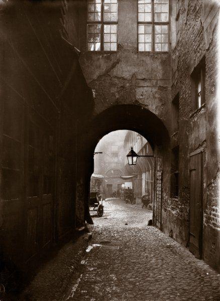 Heinrich Zille:  Altes Berlin:  Bröckelnde Häuserfassaden im Krögel, aufgenommen im Winter 1896/97.