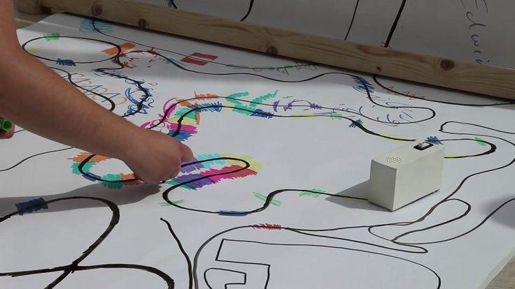 Der japanische Designer Yuri Suzuki ist Legastheniker. Dennoch möchte er Musik komponieren und lesen können. Also hat er einfach seine ganz eigene Form der Notenmalerei erfunden. Looks Like Music nennt sich seine Kunst-Installation, in der kleine Roboterfahrzeuge namens Colour Chaser entlang einer gemalten schwarzen Linie fahren. Entdecken sie unter sich ausserdem gemalte Farbe, wandeln sie [ ]