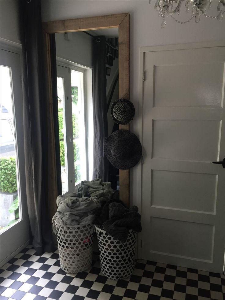 Grote halspiegel en manden voor sjaals