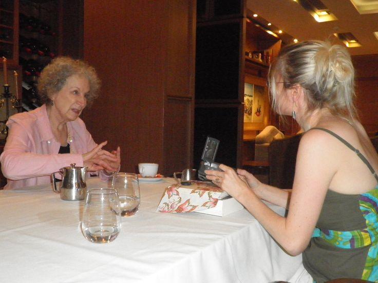 Η συγγραφέας και δημοσιογράφος Ράνια Μπουμπουρή κατά τη διάρκεια της συνέντευξης με τη διάσημη καναδή συγγραφέα Μάργκαρετ Άτγουντ,