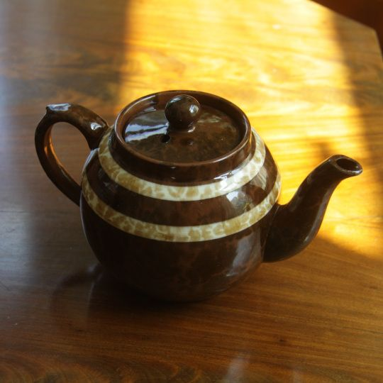 Brun engelsk tekanna med ränder / Brown English tea pot with stripes