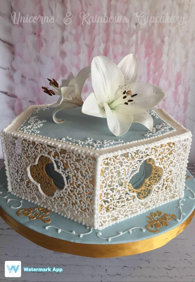 Dawn Parrott inspired filigree lace royal icing. #royalicing #filigree #royalicingfiligree #dawnparrott #royalicinglace #weddingcake #wedgewoodblue #unicornsandrainbows