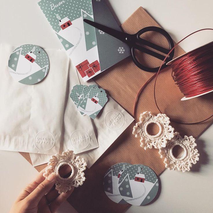 è il momento di iniziare ad impacchettare tutti i pensierini! per questo #Natale: carta avana, cordoncino rosso, fiocchi di neve #crochet e la #stationery @detailsofpaper per #tag e biglietti natalizi! #xmas_detailsofus #xmas #xmasgreetings #natalebello #cosebellebreak #ilcalendariodelclub2015 #ilclubdelnataleasettembre #detailsofpaper