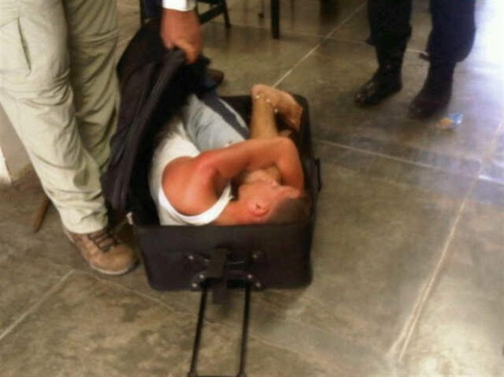 Após tentativa frustrada de fuga, presidiário é encontrado dentro de uma mala de rodinhas na penitenciária Yare II, em Caracas, na Venezuela. Depois do ocorrido, o governo proibiu a entrada de visitantes com malas em prisões - http://glo.bo/Wini5i (Foto: EFE/ÚLTIMAS NOTICIAS)