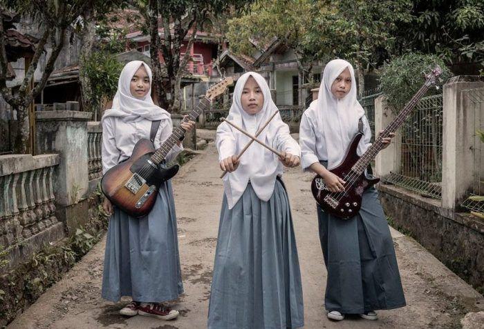 Музыка: Ломая стереотипы: индонезийские девушки создали мусульманскую металл-группу http://kleinburd.ru/news/muzyka-lomaya-stereotipy-indonezijskie-devushki-sozdali-musulmanskuyu-metall-gruppu/