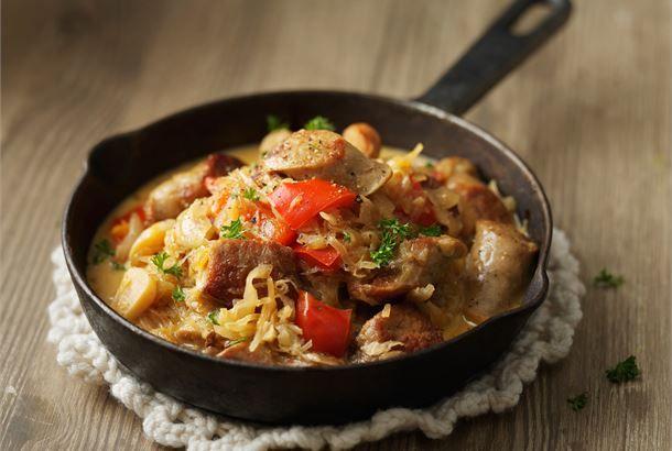 Hapankaalipata eli Bigos ✦ Bigos on puolalainen pataruoka, jonka pääraaka-aineet ovat hapankaali, porsaanliha sekä makkara. Tämä maukas ja tuhti liharuoka sopii erityisesti syksyyn ja talveen. http://www.valio.fi/reseptit/hapankaalipata-eli-bigos/ #resepti #ruoka