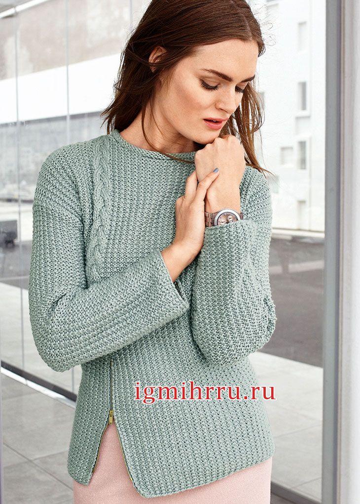 Серо-голубой пуловер с «косой» на правой половинке переда. Вязание спицами