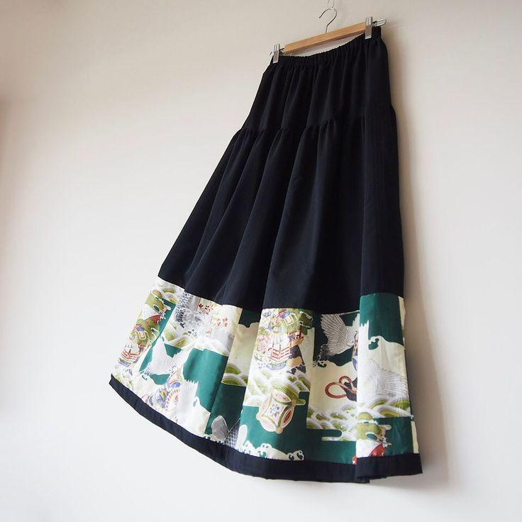 マキシ丈のHAREGI スカートが嫁いで行きます ウエストゴムのサイズ調整をしてのお届けです サイズの調整やオーダーでのおつくりも承っております  #kimono #kimonofashion #antiquekimono #vintagekimono #japanesekimono #kimonojacket #kimonocardigan #haori #craftsmanship #Welovecollect #bohostyle #bohochic #rikashioyaboutique #hongkonghandmade #着物 #着物リメイク #銘仙 #etsy  #creema送料無料
