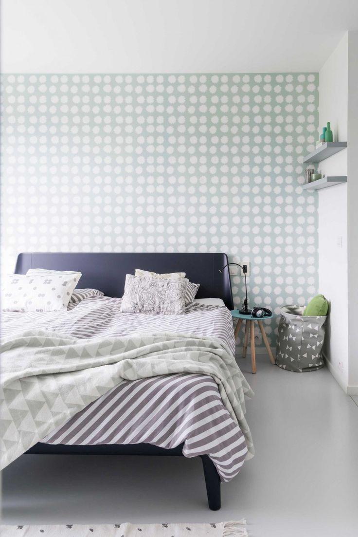 Slaapkamer met zwart bed en groen-witte behang | Bedroom with black bed and green and white wallpaper | vtwonen 09-2017 | Fotografie & styling Jonah Samyn