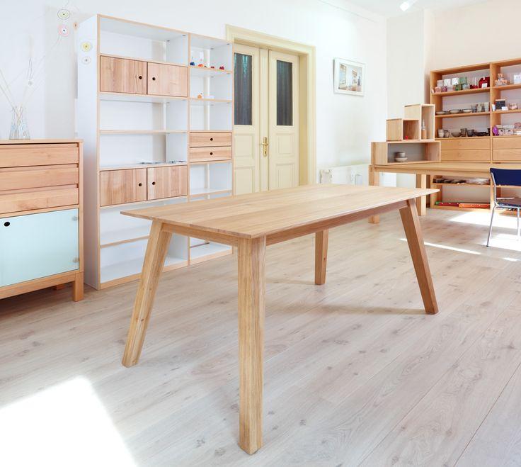 Extravganter Tisch im Retro-Stil