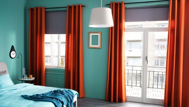 Schlafzimmer mit IKEA Gardinen und Verdunklungsrollos, u. a. mit MARIAM Gardinen in Orange, TUPPLUR Verdunklungsrollos in Grau, HUGAD Gardin...