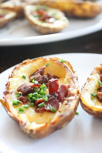 crispy baked potato skins Bake whole @ 425 until soft. Let cool enough to handle, then cut in half and scoop out potato. Brush skins with oil, and bake @ 475 for 12-15 minutes (skin side up) until crispy. Flip over, lightly salt/pepper and fill with cheese & bacon and bake for another 2+ minutes until cheese is melted. Top with sour cream & scallions.