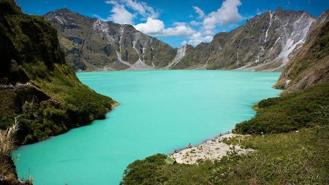 Lago Pinatubo - Filipinas - Formado após a erupção do Monte Pinatubo, em 1991, ele foi enchido pelas chuvas conhecidas como monções. Com 800 metros de profundidade, é o lago mais fundo nas Filipinas.