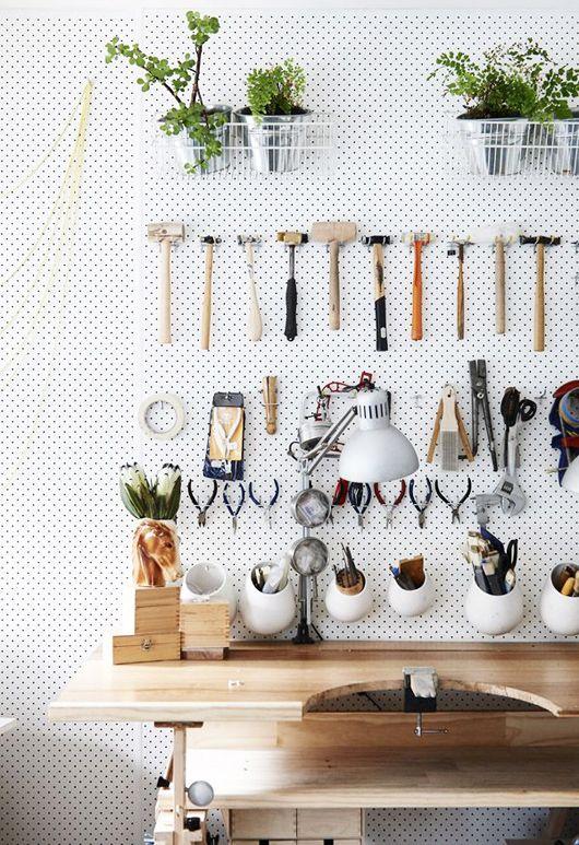 Inspiration für eine Werkzeugaufbewahrung aus einer Lochplatte inklusive Halterungen für Pflanzen. Sweet!