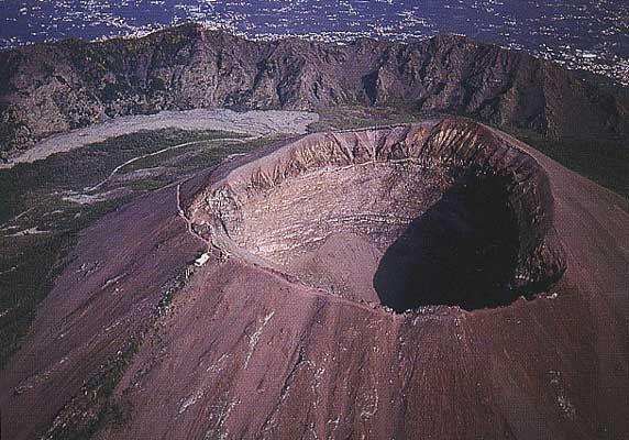 35. Voir le cratère d'un volcan.✓ Vu le Vésuve en mai 2011