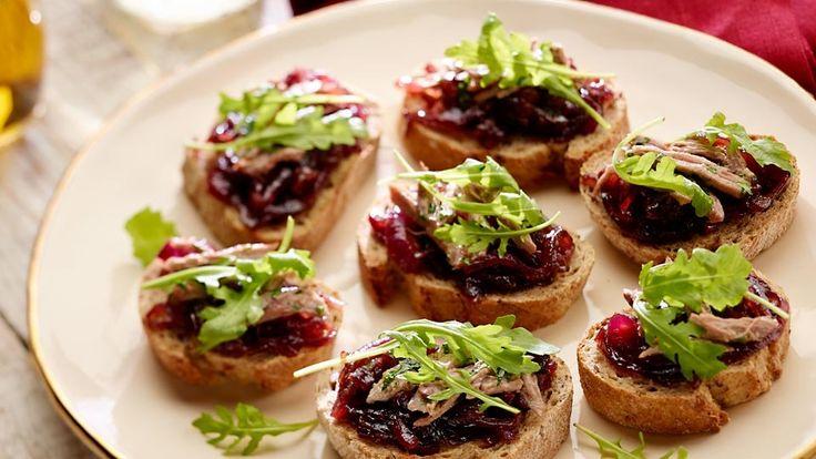 Grilované chlebíky s kačacím mäsom a marmeládou z červenej cibule