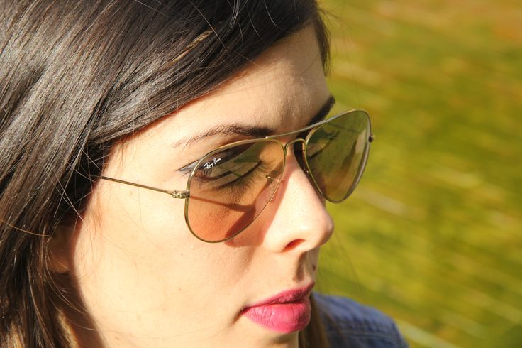 A pair of Rayban frame with clear lacquer in gold!!