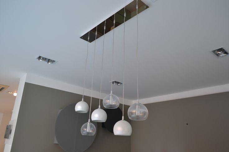 CATTELAN ITALIA Podotto: ECLIPSE Lampada da soffitto con paralume in acciaio cromato, acciaio verniciato bianco madreperla o cristallo trasparente. Attacco a soffitto in acciaio inox.