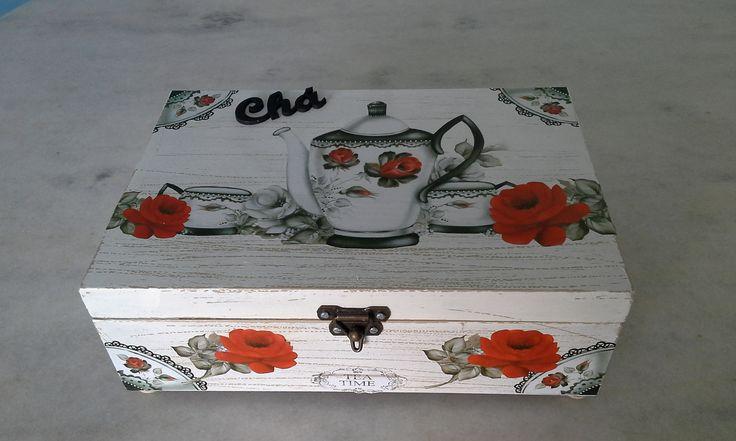 Caixa para chá bege com pátina branca , seis divisórias , detalhe de aparelho de chá . www.elo7.com.br/esterartes