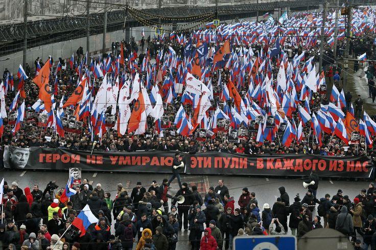 ボリス・ネムツォフ氏の追悼デモ、数万人に膨れ上がる「私は、恐れない」