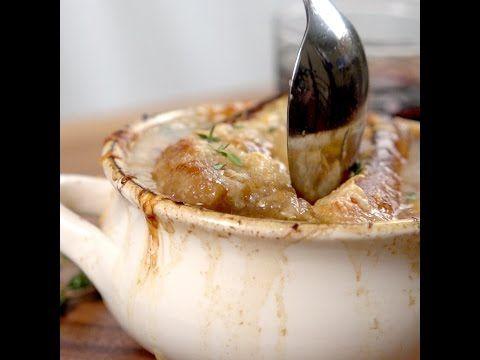 Elle tranche des oignons et les fait cuire à la mijoteuse pour obtenir une recette des plus réconfortantes - Recettes - Ma Fourchette