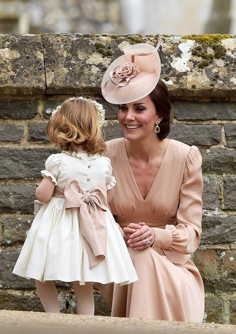 娘のシャーロット王女を伴い、妹のピッパ・ミドルトンさんの結婚式に出席した英国のキャサリン妃(エングフィールド)