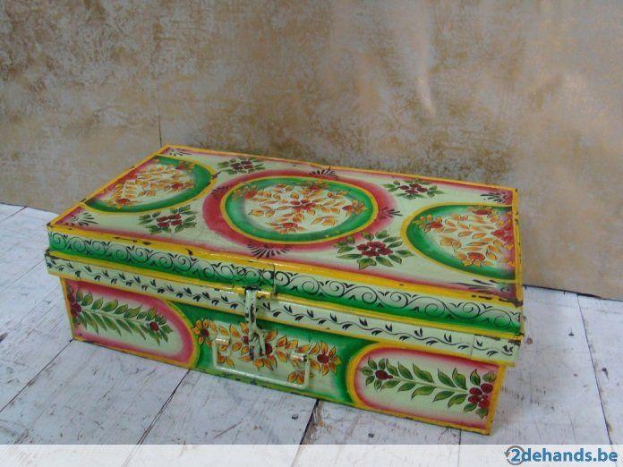 Metalen Engelse vintage kist met interieur beschilderd in Boheemse stijl in India. Maten: bijvoorbeeld 60 x 38 x 34 cm Wij herplaatsen regelmatig onze...
