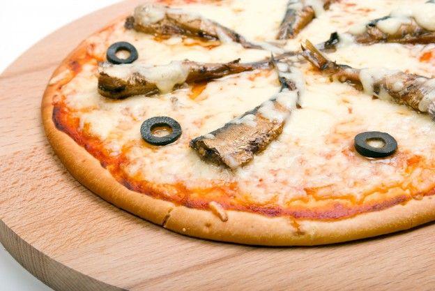 Pizza de sardinhas -  Numa frigideira untada, refogue 1 cebola batida com 3 dentes de alho amassados, junte uma lata de tomates sem pele, tempere e deixe cozinhar por alguns minutos. Abra sua massa de pizza (ou comprada já aberta), coloque a preparação de tomates, uma lata de sardinhas escorridas e cubra com muçarela ralada. Leve ao forno, preaquecido a 180° C, por 15 minutos e sirva a seguir.