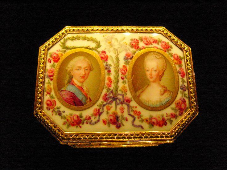 Tabaquera en porcelana de Sèvres, representando al rey Luis XVI de Francia y su esposa, la reina Maria-Antonieta. 1776.