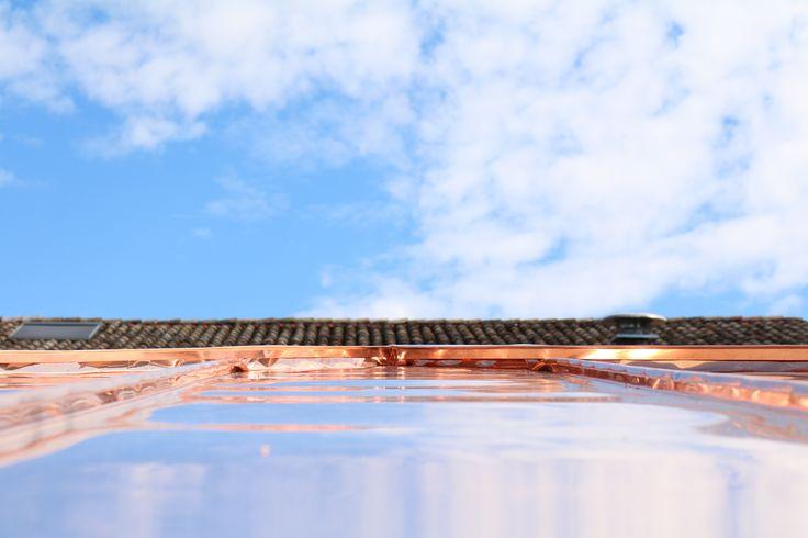 Struttura in legno lamellare di abete con capriata incrociata e brise soleil in legno di larice naturale - Dettaglio del rame nel manto di copertura