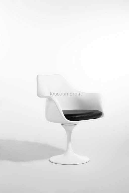 Poltrona Tulip, Eero Saarinen, 1955. Il nome di questa poltrona, Tulip, si ispira al fiore a cui assomiglia. Ma la volontà di Saarinen non era quella di ispirarsi alla natura, quanto di dare all'oggetto un grande senso di unità: trascendendo dai particolari questa sedia è un tutt'uno.