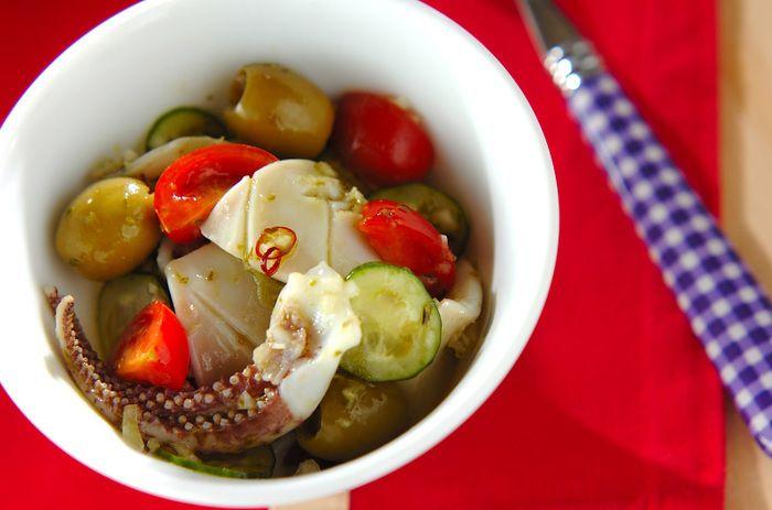 さっと茹でたイカと野菜を、バジルソースであえた一品です。おつまみにも良いですね。