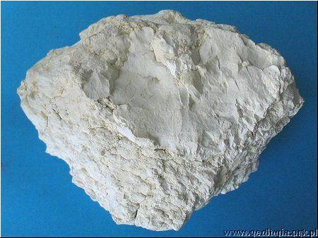 Magnezyt, tw:4, nie burzy z HCl; w żyłach serpentynowych, w dolomitach, łupkach talkowych