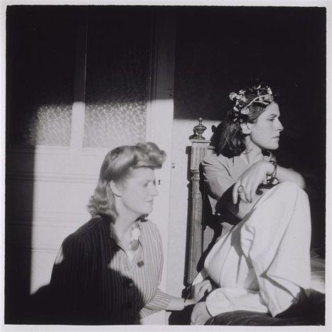 * Dora Maar à la couronne de fleurs avec une autre femme [Sonia Mossé], été 1936, Mougins ou Saint-Tropez.