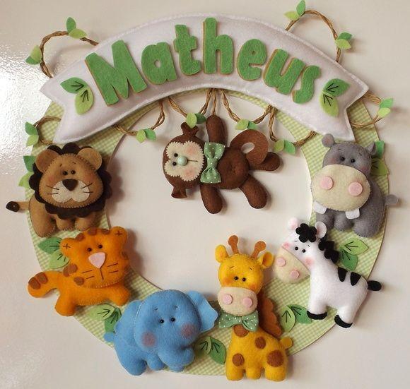 Guirlanda para porta de maternidade no tema safári. Guirlanda em MDF, com 30 cm de diâmetro, revestida em tecido 100% algodão. Pode ser feita em outras cores e estampas, consulte-nos! R$ 110,00