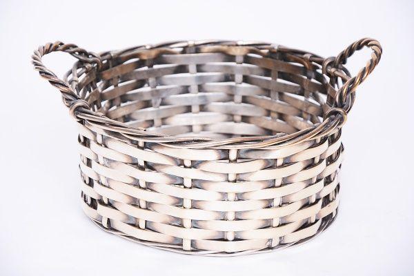 Cesta de metal espessurado a prata com decoração em trancados tipo cesto de vime.