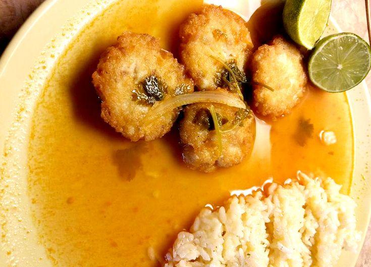 Tortitas de pescado.-1/2 Kilogramo de filete de pescado 1/4 Cebolla blanca 1 Cucharada de pan molido (Empanizador) 3 Chiles pico de pájaro 5 Huevos Aceite para freír 5 Tomates rojos 1 Cucharada de harina 1 Cucharada de consomé de pollo en polvo (Knorr) 2 Dientes de ajo pelados Orégano al gusto Pimienta al gusto Sal al gusto