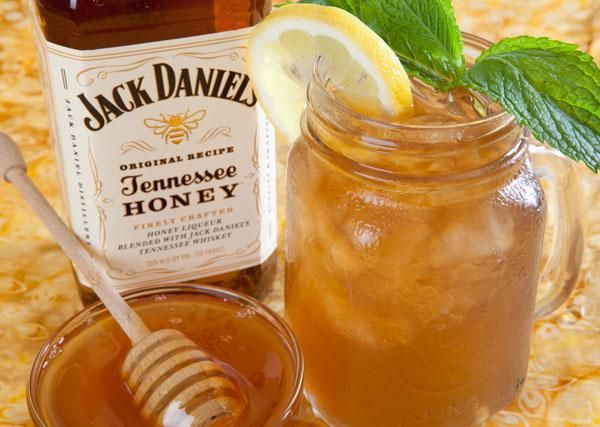 Ingredients  1.5 oz. Jack Daniel's Tennessee Honey Liqueur  1.5 oz. lemonade  4 oz. iced tea  lemon slice (garnish)  sprig of mint (garnish)  Preparation  Build first 3 ingredients over ice in a tall glass or Mason jar (double this recipe if using a Mason jar).  Garnish with a lemon slice and a sprig of mint. For a stronger mint flavor, break up the mint and stir into the drink.