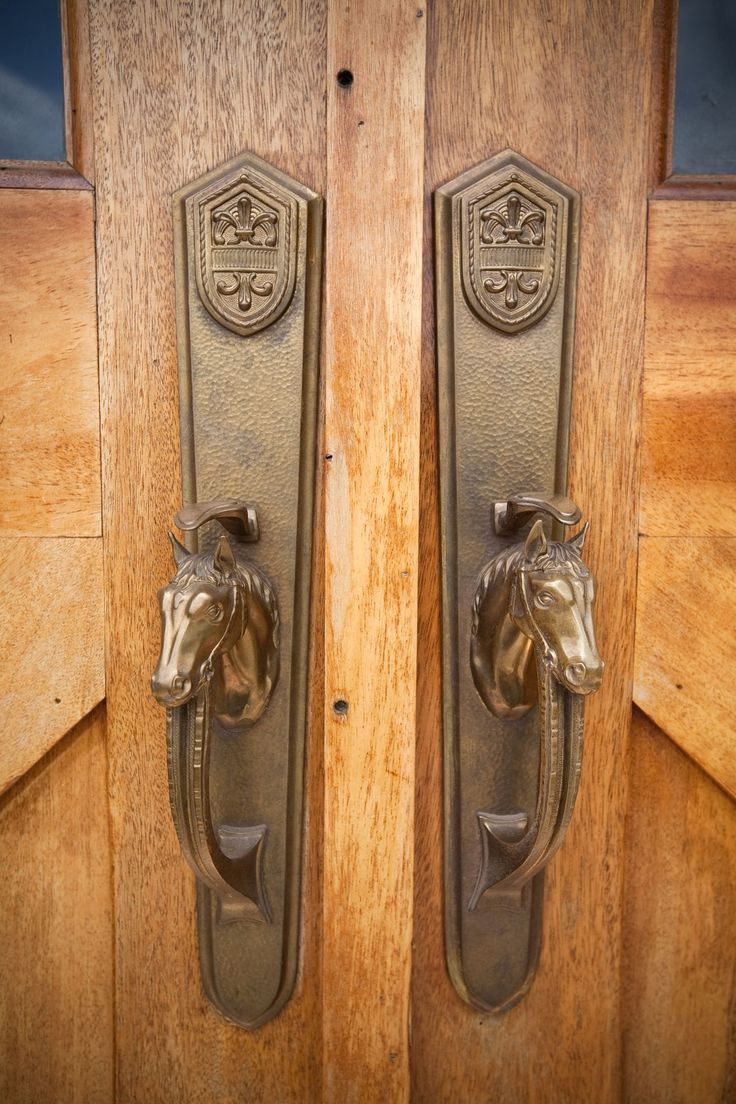 Door latch - Horse barn www.kingbarns.com - Via Sharon Clark - #WesternHome
