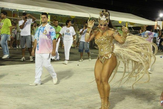 Viviane Araújo exibe pernas definidas e chama atenção dos marmanjos (Foto: Amandio Santos/Ag News)