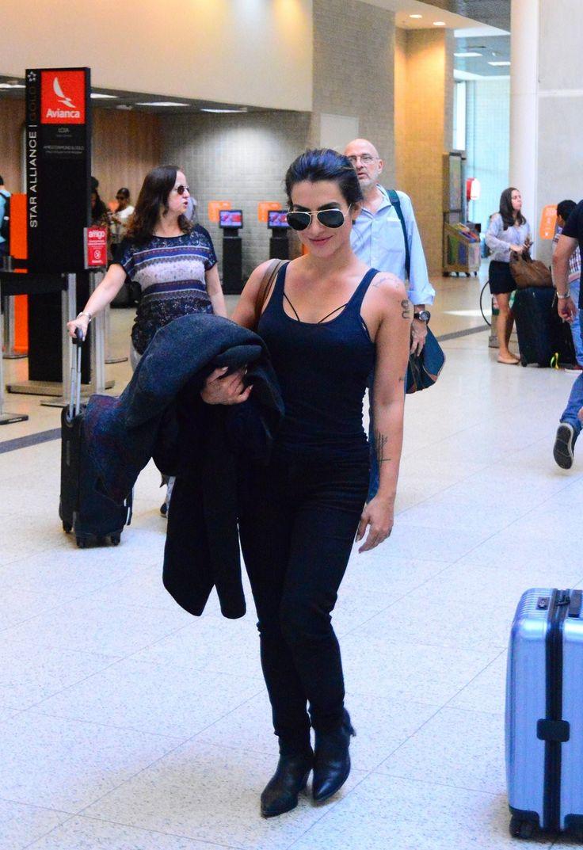 Cleo Pires elege look monocromático para aeroporto no Rio