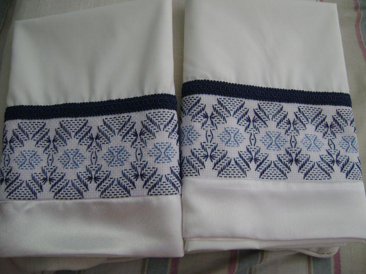 Les comparto este nuevo juego de 2 fundas para almohadas, en blanco con bordado yugoslavo en color azul y borde de satén siempre blanco.