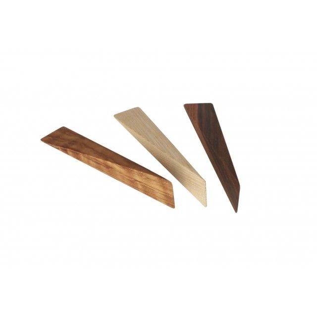 Markus Schatzl lernte das Schreiner-Handwerk von Grund auf im elterlichen Betrieb, hat dann aber Ingenieurwissenschaften studiert, ohne jemals von seinem Handwerk zu lassen. Als irgendwann zuhause eine Tür nicht offen bleiben wollte, hat er einen Türkeil entwickelt, der durch seine Präzision, Geometrie und Holzqualität besticht. Raffiniert ist dabei seine minimale Asymmetrie, die das optimale Verkeilen der Tür erlaubt. Wir meinen, dass man diesen Keil genauso gut als Handschmeichler oder…
