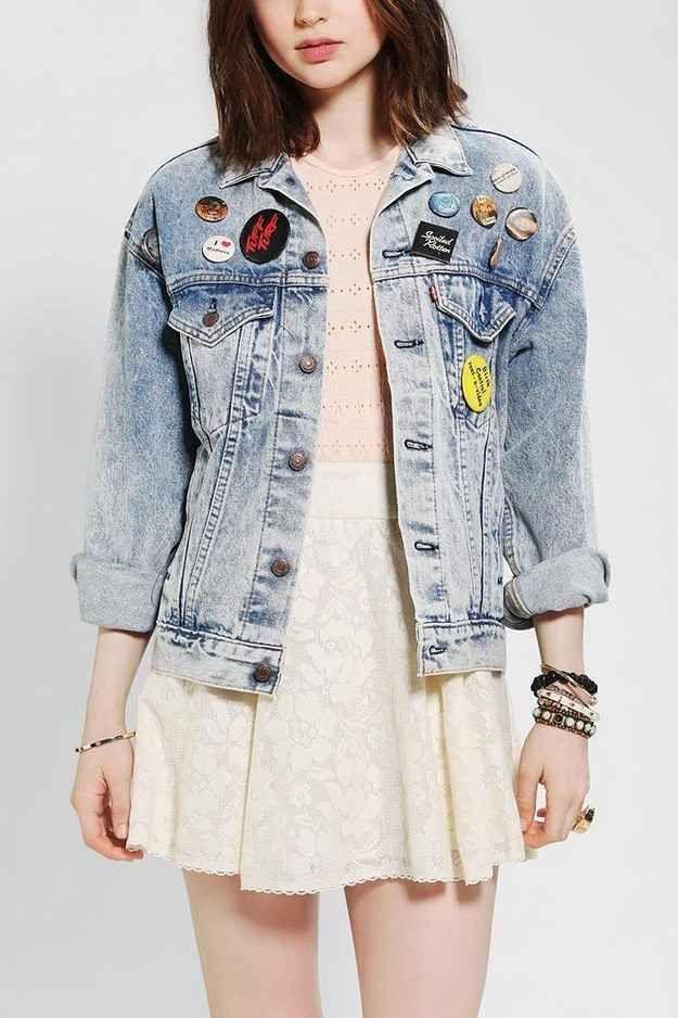 Jaqueta cheia de bottons.   42 tendências de moda e acessórios que vão fazer toda garota brasileira dos anos 90 morrer de saudades