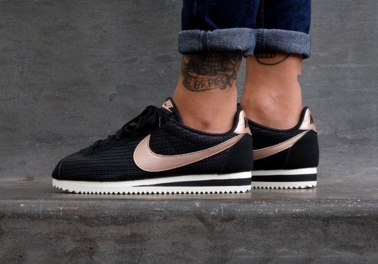 Découvrez les Nike Wmns Cortez Black et Light Bone, des running pour femme avec un aspect tricoté et un Swoosh (logo Nike) bronze métallique.